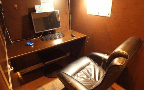 個室はパソコンの他にヘッドホン・リモコン・ひざ掛けをご用意。