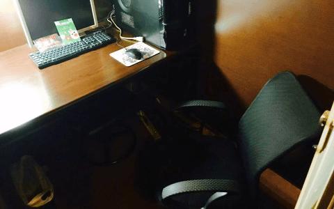メッシュタイプの黒い椅子