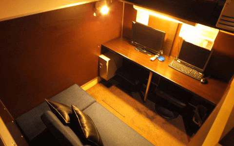 2人用のソファにパソコンが2台。
